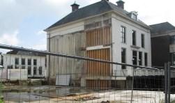 De plek waar het nieuwe deel van het gemeentehuis moet verrijzen. Foto: Bernhard Harfsterkamp