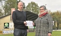 Sandy Schreur overhandigt de cheque aan Resie Overgoor. Foto: PR