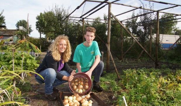 Nina Keuper en Roy tonen de oogst. Foto: Frank Vinkenvleugel