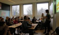 Leerlingen van Schaersvoorde krijgen tips van leerkracht Dianne Rutgers (rechts) van basisschool de Bosmark uit Dinxperlo. Foto: Josée Gruwel
