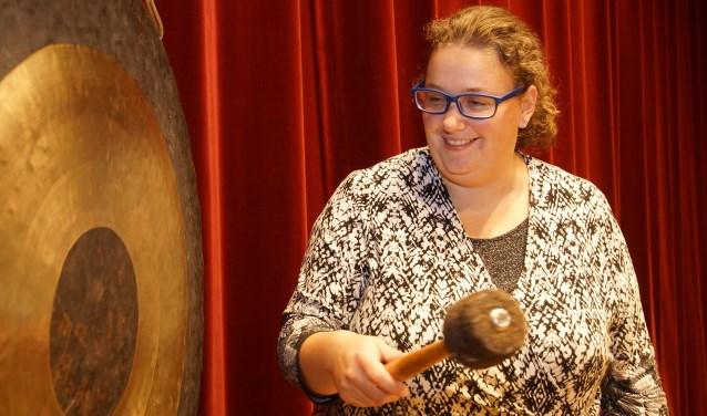 Ellen van Minnen probeert alvast de gong uit, waarmee de matches worden gemeld tijdens de Beursvloer. Foto: Frank Vinkenvleugel