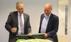 Wethouder Arno Spekschoor en rentmeester van landgoed 't Medler Eelco Schurer ondertekenden de verklaring tussen de gemeente Bronckhorst en het landgoed. Foto: Gemeente Bronckhorst.