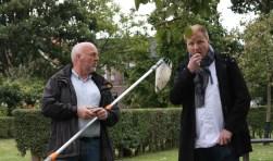 Mike Vrijdag proeft een peertje, dat door Hennie Renskers is geplukt. Foto: Sander Damen