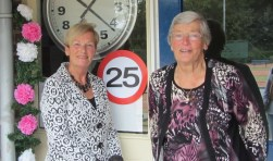 Oprichtster Jantje Remmelink en huidige tuinclubleidster Nel Albers bij de fraaie boog in de kleuren van Vrouwen van Nu. Foto: PR