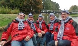 IJsmeesters Hennie Wildenborg, Stef Roerdink, Wilhelm Reijrink, Henk Ebbers, Antoon Bleumink (vlnr). inspecteren de gracht.