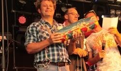 Schutterskoning Jan Willemsen trots met zijn glas-in-lood-mus. Foto: PR