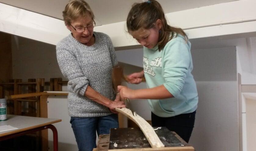 Senioren en leerlingen samen aan de slag met het vervaardigen van de objecten. Foto: PR