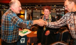 De AED wordt overhandigd aan Geert ten Dolle. Foto: PR