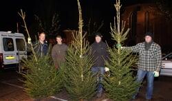 Kerstbomen worden geplaatst bij de Iodus-leden. Foto: Frank Vinkenvleugel
