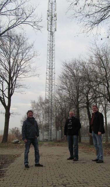 """Jeroen Stern, Jans Speulman en Jan Scholten (vlnr) van de werkgroep Glasvezel Slangenburg-IJzevoorde; Met een zendmast op de achtergrond zeggen zij: """"Wij sluiten draadloos 4G of zelfs 5G internet niet langer uit."""""""