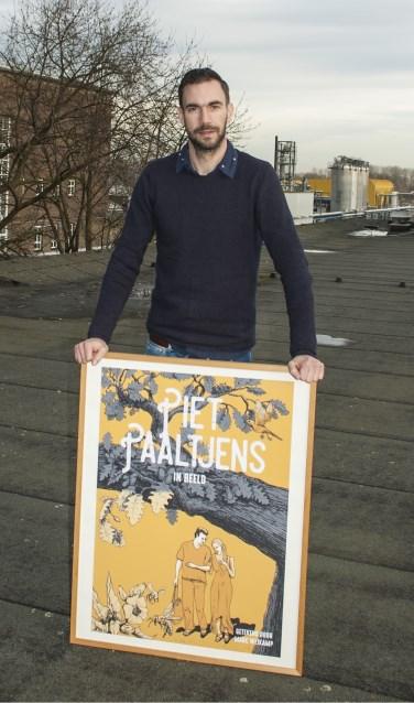 Marc Weikamp poseert met een poster van zijn boek 'Piet Paaltjens in beeld'. Foto: PR