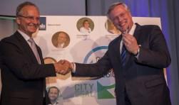Minister Kamp (l) en Cleantech regio-voorzitter Heidema (r) na het ondertekenmoment. Foto: PR