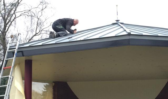 Bestuurslid Pim van Zeeburg van Stichting Muziekkoepel Vorden die het dak van de muziekkoepel schoonmaakt en inspecteert na de vernielingen. Foto: PR