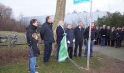 Burgemeester Berghoef heeft in bijzijn van familie het bordje onthuld. Foto: Frank Vinkenvleugel