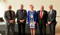 De met een lintje onderscheiden heren Addink, Maalderink, Nijenhuis en Donker samen met burgemeester Besselink.