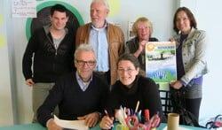Zes van de twaalf leden van de organisatie met zittend links Henk Berenschot. Foto: Theo Huijskes