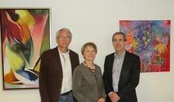 Jan Olthof, Wilma Ratering en Hans Metzemaekers (vlnr) voor enkele schilderijen in Antonia. Foto: Walter Hobelman