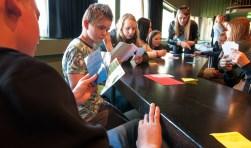Nederlandse en Duitse leerlingen in workshop aan de slag met elkaars buurtaal. Foto:  Ton van Vliet