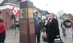 De ambassadrice bekijkt met militair attaché Mike Hogen en Marc van Aken (midden) het monument. Foto: Walter Hobelman
