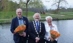 Burgemeester Bert Berghoef, geflankeerd door Hans Eppink en Diny Deunk. Foto: Frank Vinkenvleugel