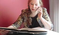 Tijnie Jansen leest ouderen voor via de telefoon. Foto: Walter Hobelman