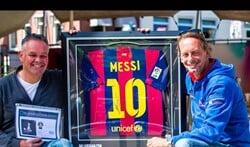 Ed Smit, met in zijn ene hand het echtheidscertificaat en de andere het shirt van Leo Messi. Foto: PR