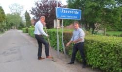 Met schop Jan Scholten en met kabel Jeroen Stern. Foto: Bert Vinkenborg