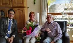 Burgemeester Van Oostrum bezoekt het bruidspaar Stegeman-Vos. Foto: Rob Weeber