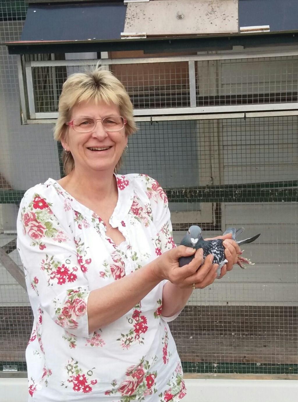 Wilma Meijerman van PV De Koerier Zelhem met de winnende duif. Foto: PR  © Achterhoek Nieuws b.v.