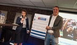 Dennis Seesing met het eerste nieuwe shirt van De Graafschap. Foto: PR