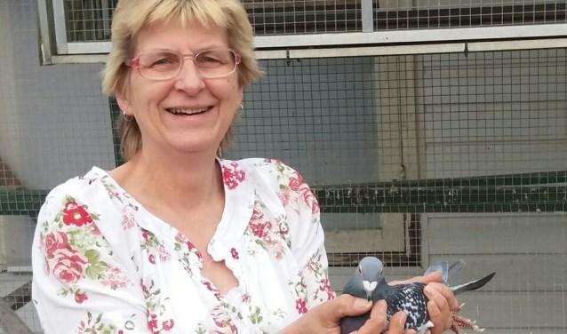 Wilma Meijerman van PV De Koerier Zelhem met de winnende duif. Foto: PR