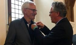 Jan Markink speldt Zilveren Haring op bij Arnold Gerritsen. Foto: PR