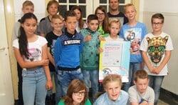 Leerlingen van groep 7 en 8 met de ondertekende Safetydeal. Foto: Reinier Kroesen