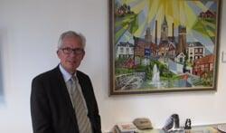Burgemeester Thijs van Beem op zijn werkkamer in het gemeentekantoor. Foto: Bernhard Harfsterkamp