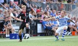 De Graafschap aanvoerder Mark Diemers (r) volgt nauwlettend de actie van VIOD speler Jorn Eijkelkamp (l).