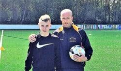 Martijn Meerdink, hier met Luca van der Wulp, een speler van De Graafschap Onder 17 . Foto: PR