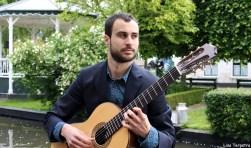 Omlijsting door muzikale intermezzo's van klassiek gitarist Roel Goedhart. Foto: PR
