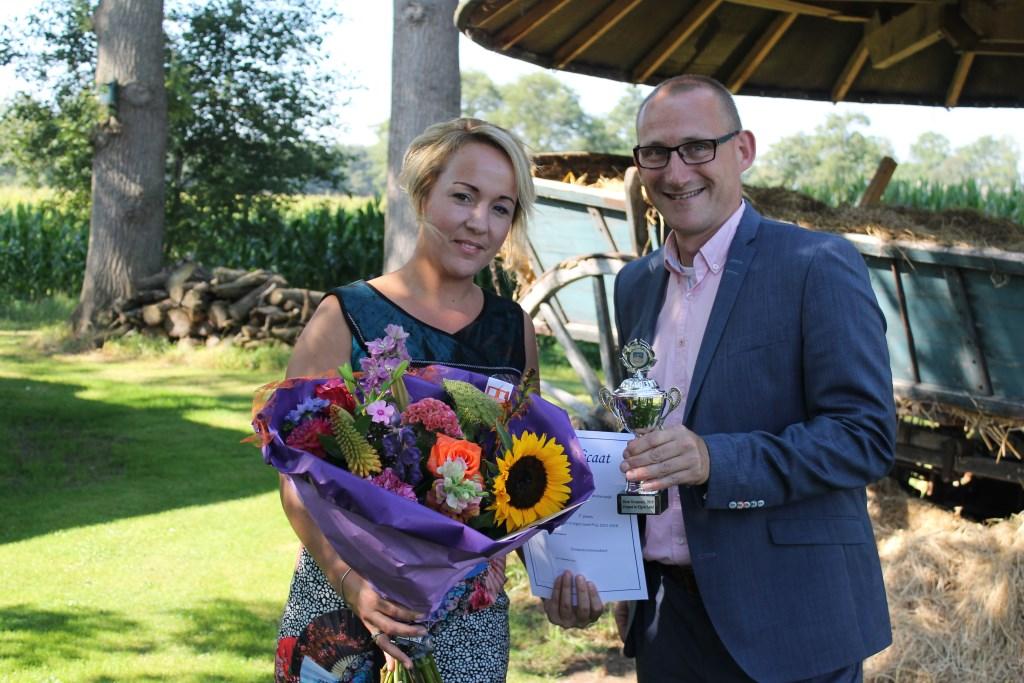 Wethouder Gert-Jan te Gronde reikt de prijs uit aan Dianne Schutte, eigenaar van Kom in de Bedstee. Foto: Leo van der Linde   © Achterhoek Nieuws b.v.