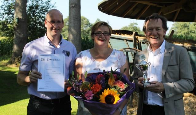 Wethouder Gerard Nijland reikt de prijs uit aan  Hetty Zeilemaker en Henrie van Eerden, eigenaars van De Weeversborch. Foto: Leo van der Linde