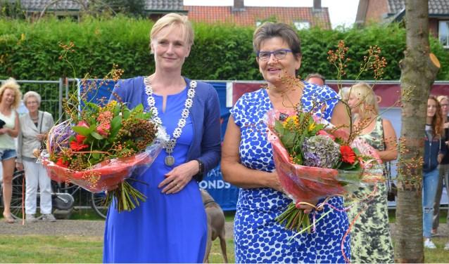 Burgemeester Marianne Besselinkmet mevrouw Aalderink. Foto: GinoPress
