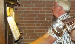 Gerrit Ebbekink achter het orgel in Geesteren waarop hij de Zangdagavond begeleidt, samen met zijn dochter Nicolien die trompet speelt. Foto: PR