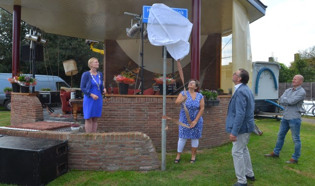 Mevrouw Aalderink onthult het naambord.Foto: GinoPress  © Achterhoek Nieuws b.v.