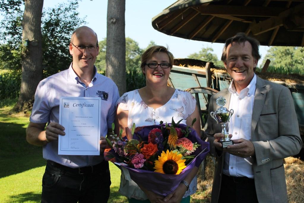 Wethouder Gerard Nijland reikt de prijs uit aan  Hetty Zeilemaker en Henrie van Eerden, eigenaars van De Weeversborch. Foto: Leo van der Linde  © Achterhoek Nieuws b.v.