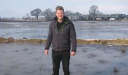 Toon Pasman bij het terrein van bijna 2 hectare dat nu onder water wordt gezet en waar hopelijk aanstaande donderdag op geschaatst kan worden. Foto:FRerry Broshuis