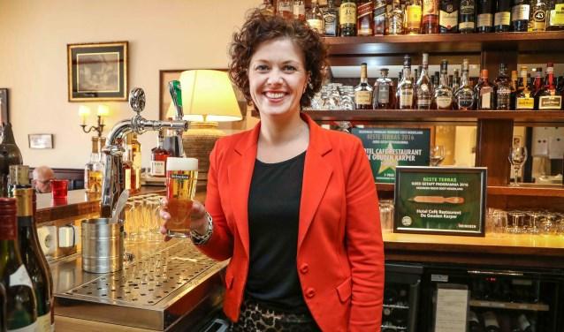 Eigenaresse Elisabeth Remmelink – de van der Schueren is blij met de titel beste terras van Oost-Nederland. Foto: Photo Republic