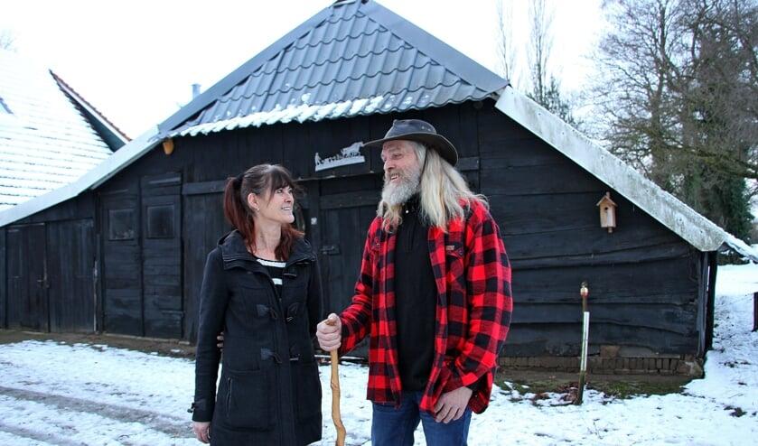 Jan en Dinie Wagenvoort voor de overgebleven schuur. Foto: Liesbeth Spaansen