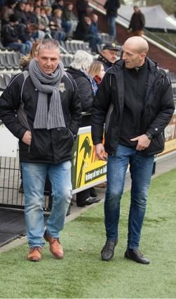 FC Winterswijk-trainer Wilco Geerts (links) en zijn assistent Martijn Meerdink betreden het hoofdveld van sportpark Jaspers. Foto: Marco ter Haar.
