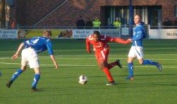 Coplan Soumaoro in actie tegen twee verdedigers van SDC. Foto: Andre Wamelink
