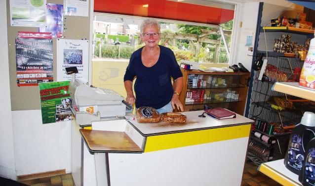 Riek Berntsen in haar Azewijnse dorpswinkel. Foto: Hugo Rijkse