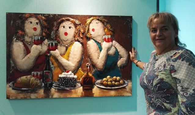 Gerlanda Bijholt bij een van haar reliëfschilderijen van metaal. Foto: Rob Weeber